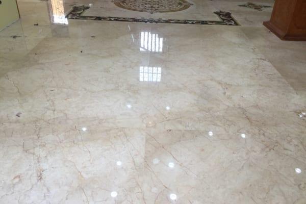 Loại bỏ những vết ố vàng trên bề mặt sàn sẽ giúp sàn đá thêm sáng bóng, đẹp mắt