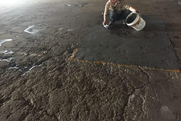 Cần xử lý bề mặt lồi lõm, nứt vỡ trên bề mặt sàn trước khi thi công sơn Epoxy