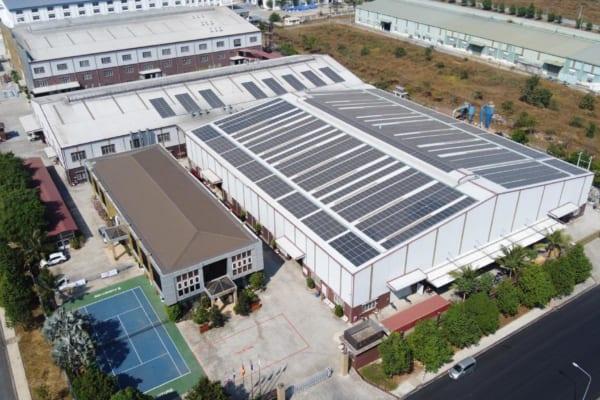 Lắp đặt tấm pin năng lượng mặt trời trên mái nhà xưởng