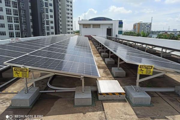 Tấm pin năng lượng mặt trời được lắp trên sân thượng chung cư tòa nhà