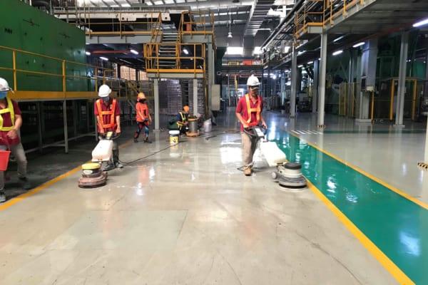 Sử dụng máy móc chuyên dụng hỗ trợ công việc làm sạch, đánh bóng sàn hiệu quả