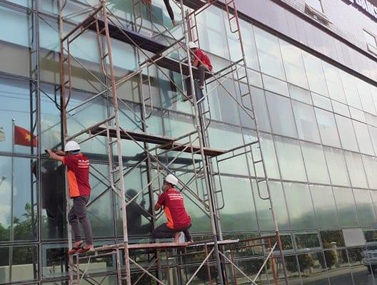 Binhduongco có đầy đủ trang thiết bị hỗ trợ công việc vệ sinh kính đảm bảo hiệu quả, an toàn