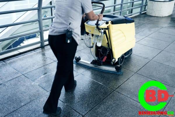Nhân viên Binhduongco thực hiện vệ sinh chà sàn công ty